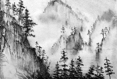 bergen en pijnbomen in de mist Stockfoto
