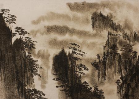 rotsachtige bergen en pijnbomen dichte mist