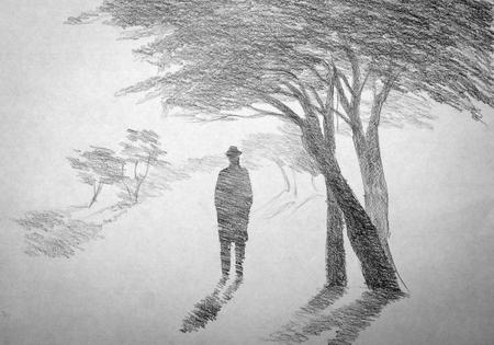 man in een hoed die zich uitstrekt in de mist Stockfoto