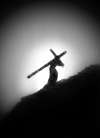 황혼에서 그의 어깨에 십자가를 가진 사람