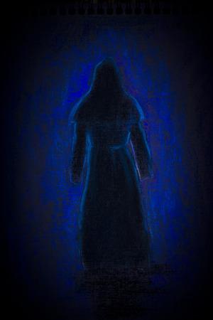 sotana: silueta de un monje medieval en la oscuridad Foto de archivo