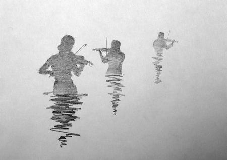 Drie violist spelen van de viool in een plas water Stockfoto
