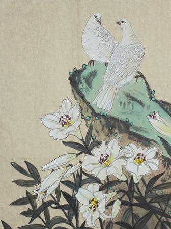 twee witte duiven en een leliebloem Stockfoto