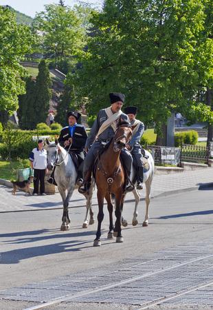 pyatigorsk: Pyatigorsk, Russia - 9 maggio 2013 I cosacchi delle truppe cosacche Terek cavalli di guida in strada Pyatigorsk il giorno di vittoria, 9 maggio 2013
