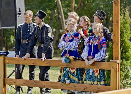 the cossacks: Hombres y mujeres populares miembros del conjunto en trajes de los cosacos de las tropas cosacas Terek en el un d�a de fiesta de la ciudad. Editorial