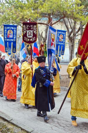 the cossacks: Pyatigorsk, Rusia - Marchr 9, 2014: Crucession en Pyatigorsk. Los sacerdotes vestidos de religiosos y cosacos est�n en manos de los s�mbolos religiosos fluir a lo largo de una calle de la ciudad.