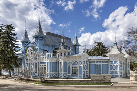 "pyatigorsk: Frammento di legno ""Lermontov Gallery"". Pyatigorsk. Park ""Flower Garden"". Archivio Fotografico"