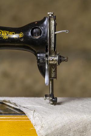 maquinas de coser: Detalle de una antigua máquina de coser. Foto de archivo