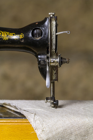 maquinas de coser: Detalle de una antigua m�quina de coser. Foto de archivo