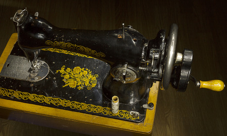 mano anziano: The old hand made sewing machine.