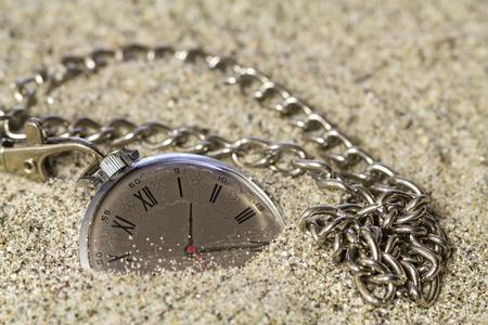 numeros romanos: Antiguo reloj con n�meros romanos en el dial, tumbarse en la arena.