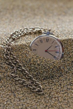 numeros romanos: Antiguo reloj con n�meros romanos en el dial, cubiertos de arena. Foto de archivo
