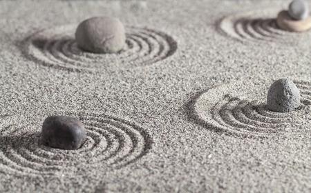 sencillez: Piedras de diferentes colores y círculos en la arena.