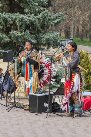 Yessentuki, Rusia. Abril 09,2016: funcionamiento de los músicos de la calle en los indios de disfraces en la plaza del pueblo.