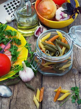 Pâtes avec des légumes crus sur la table Banque d'images - 22261123