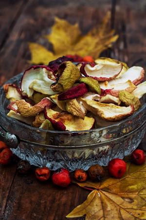 frutos secos: frutos secos de las variedades de manzanas de oto�o en rodajas Foto de archivo