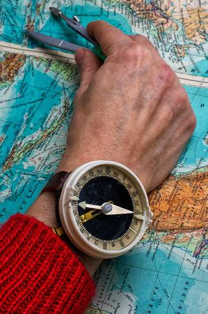main pour indiquer l'itinéraire sur la carte topographique
