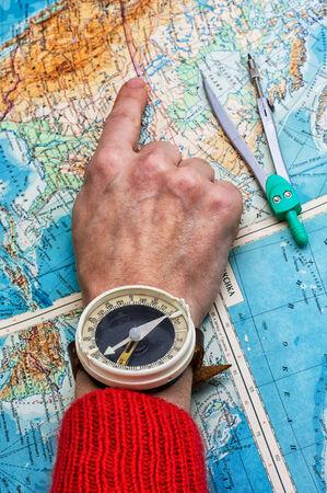 Main pour indiquer l'itinéraire sur la carte topographique Banque d'images - 34812740