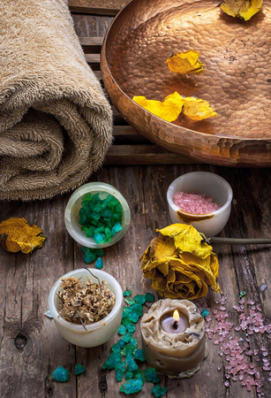 bronze bowl: sea salt and accessories for a rejuvenating Spa sessions Stock Photo