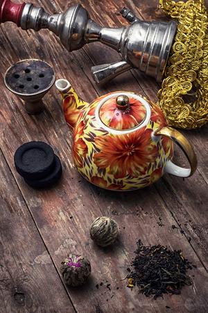comida arabe: accesorios para fumar narguile y leaves.image té seco esté teñido en estilo vintage