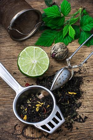 カスタード スプーンとこぼれたお茶を醸造ストレーナー 写真素材