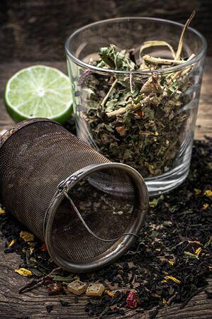 お茶を醸造、茶漉しでガラスのコップ。選択と集中
