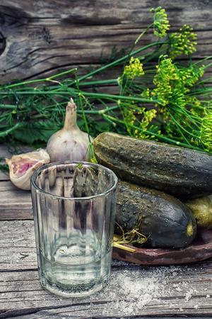 encurtidos: Pickles en barril de pepinillos en estilo rústico Foto de archivo