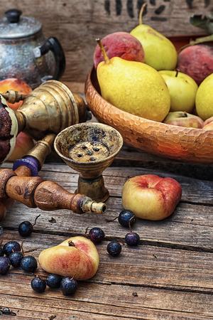 詳細いた新鮮な桃の中でテーブルに働いて水ギセル