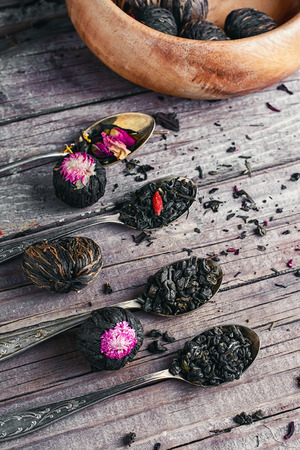 loose leaf: Few flavors of dry brewing loose leaf tea on wooden table