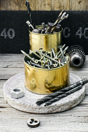 threading: Screws,a drill and a die for threading
