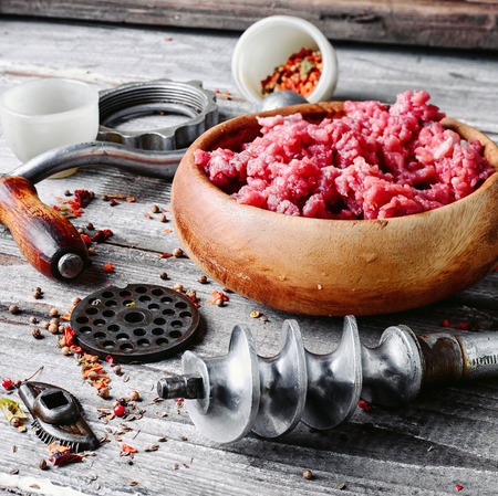 farce: Wooden dish, with meat and parts of the disassembled grinder