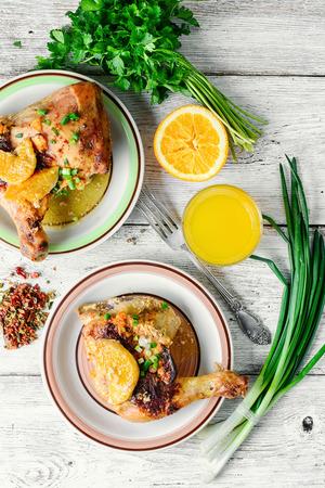 muslos: La cena de pollo al horno muslos de color naranja con las especias