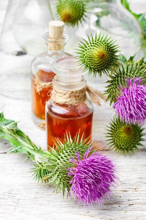 開花ミルク Thistle の治療薬とガラスの瓶 写真素材