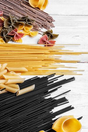 Set raw spaghetti and macaroni on the kitchen table.