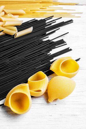 Set raw spaghetti and macaroni on the kitchen table