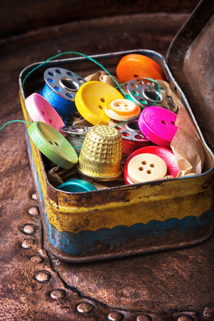 alicate: Old-fashioned metal box with buttons and threads
