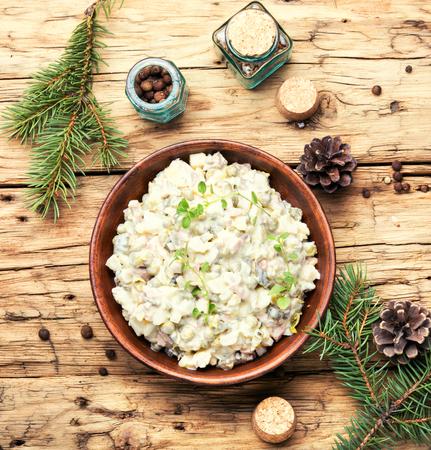 Salade de viande russe traditionnelle Olivier, avec de la viande et des légumes.