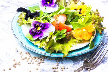 Spring salad with edible flowers and herbs.Clean food.Detox. 스톡 콘텐츠