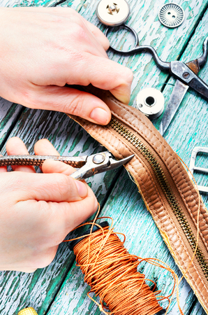 Tailor working with leather goods in retro style. Stockfoto