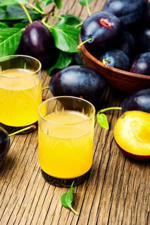 Traditionelles alkoholisches Getränk aus der Herbstpflaumenernte. Serbische Rakia Slivovitz Standard-Bild