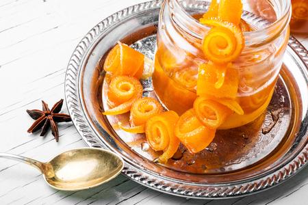 Primo piano sul barattolo con marmellata di arance. Scorza d'arancia candita