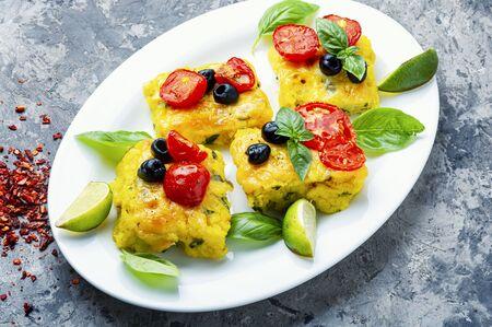 Polenta z pomidorami i serem.Kuchnia włoska.Kawałki polenty kukurydzianej Zdjęcie Seryjne