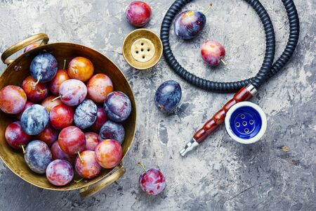 Turkish tobacco hookah with plum aroma.Kalian with plum Banque d'images - 129325947