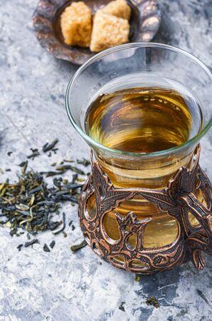 Thé oriental en verre traditionnel. Concept de thé oriental Banque d'images