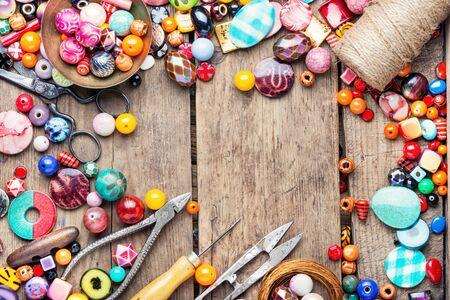 Verschiedene Perlen für die Herstellung von Damenschmuck. Zubehör für die Herstellung von Schmuck Standard-Bild
