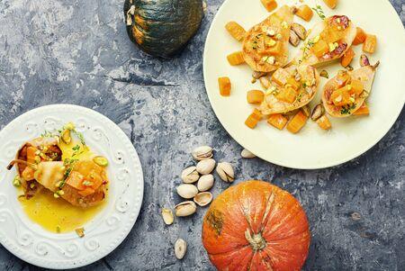 Pera rellena de calabaza y pistacho. Peras al horno caseras. Comida de otoño.
