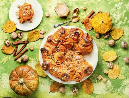 Pumpkin buns with nuts and brown sugar.Cinnamon rolls or cinnabon Stok Fotoğraf - 134448053