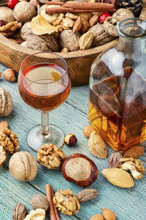 Aromatischer Alkohol aus Nüssen.Nusslikör.Tinktur auf Nüssen.Italienischer Likör.Nussaroma