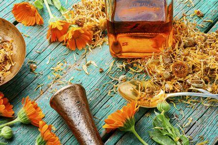 Medicinal tincture of calendula flowers, medicinal wild herbs. Banque d'images