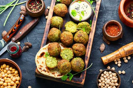 Falafel balls on a wooden cutting board.Arabic snack falafel Stockfoto